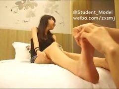 pés estudante chinês cócegas 2
