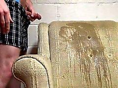 Peeing et cumming sur une chaise