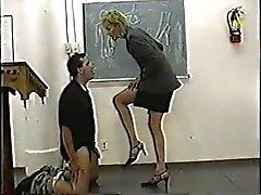 Autoritaarinen tasokas opettajan on antanut ballbusting oppitunti