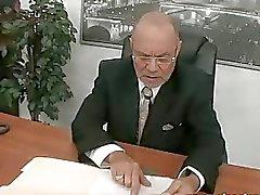 Giovane segretario scopa il suo vecchio boss