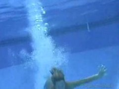 Cora to it in the pool.flv