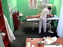 Sahte doktor muayene masasına hemşire pussylicks