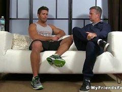 Blayne ist muskulöser Jock, der sich entspannt, während die Füße geleckt werden