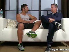 Blayne est Jock musculaire qui est relaxant tout en se lécher les pieds