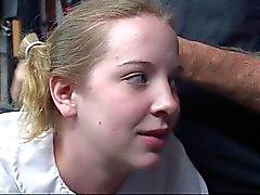 Netten jungen blonde school girl saugt auf dem Dildo und wird auf ihrem Arsch überraschenderweise
