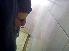 Spycam .. más diversión en los urinarios palying con una polla de extraños
