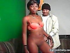 Garota de ébano sexy suga grande galo e obtém