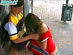 Guy mete menina adolescente em paragem de autocarros