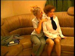 Брюнетка детка дает голову, а блондинка лижет ее киску