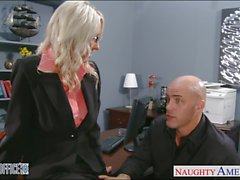 Sexy blonde Emma Starr bürosunda çivilenmiş alır