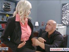 Reizvolles blondes Emma Starr wird im Büro festgenagelt