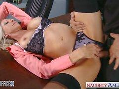 Blonde sexy d'Emma Starr obtient cloué au bureau