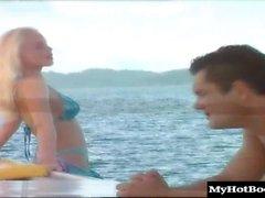 Lea De Mae und Silvia Saint segeln auf dem Meer und KNO &