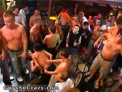 Bambini maschi con parti il nudo film allegro danza sui tavoli e sugli PTA