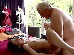 Joven de tailandesa o mayores de alto calientes Opciones Bruce descubre un gir de adorables