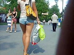 Menina ucraniana em minishorts