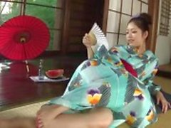 Kinky Hana maakt gebruik van een fles naar speelgoed haar kutje tot ze nat wordt inweken