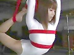 Flexibel japanska slampa blir uppbundna och kränkt av sin kidnappare