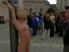 Блондинка связанными и лишил на публике