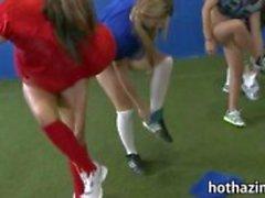 Bündel von frech Mädchen Amateur Fußballspiel und kaut