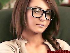 Schöner Sekretär mit den Gläsern geschlagen der auf Schreibtisch