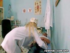 Horny infirmière monte le pouce de son patient