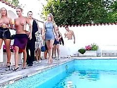 Mujerzuela Pool Party Orgy