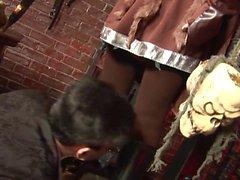 Paul Chaplin erhielt eine hinreissende Dame, um sein Werkzeug zwischen seine Beine zu schieben