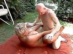 Rondborstige oma geniet harde sex outdoor