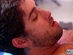 Diegos Sans uträtta sina inne i Coltons Grays rosa färg om öppnande