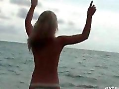 Blonde hottie prend une douche refroidissement dans Point de vue