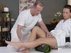 Busty fit babe fucked après le massage
