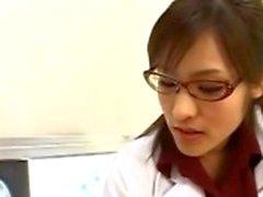 Asian sjuksköterska suger girigt patienten cock