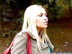 Bystig blond ex -modellen är ute och gett en kuk att suga