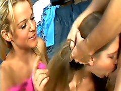 Twee domme meisjes proberen uit voor gag factor
