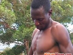 Sexy sista africana disfrutando de una mamada sumisa doble