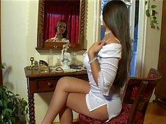 Eve Angel in brevi abito bianco Masterbates