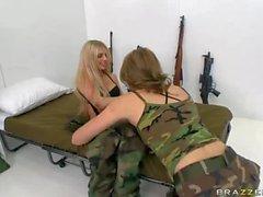 Lesbian army kızlar Jesse Andrews ve Jana Ürdün