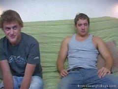 Deux gars de l'université qui batifolent