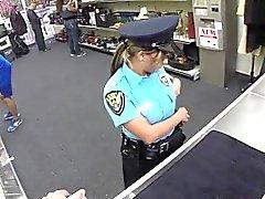 Busty Police kvinna älskar enormt fett kuk