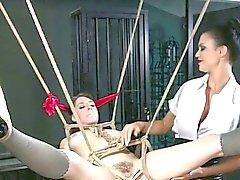 Sub amarrado na buceta ar apertada por do dominatrix