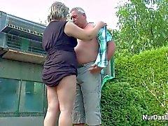 German Grandpa ja isoäidin nussii Garden