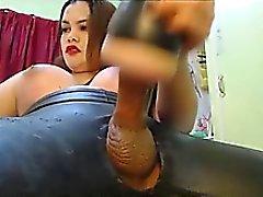 Shebabe fickt ihr Spielzeug bis zum Orgasmus erreicht