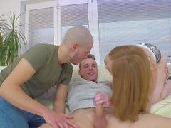 Linda Sweet profite d'un trio bisexuel avec deux goujons