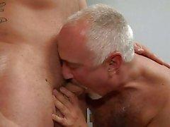 Tätowierten Homosexuell Bolzen EGTS von altem Homosexuell sich in Schlafzimmer gehämmert