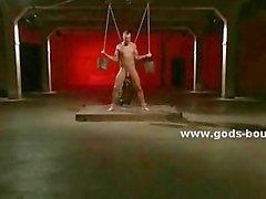 Esclave de le sexe devient ses fesses perça par des un crochet anales après avoir forces