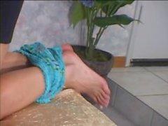 rubia caliente lesbo terapeuta de masaje chupa los dedos del pie y pezones