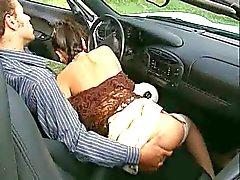 morena en el coche