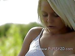 İsveç dokunarak klitorisini sarışın güzel