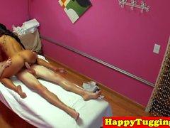 Asian spycam massagista puxando antes de andar